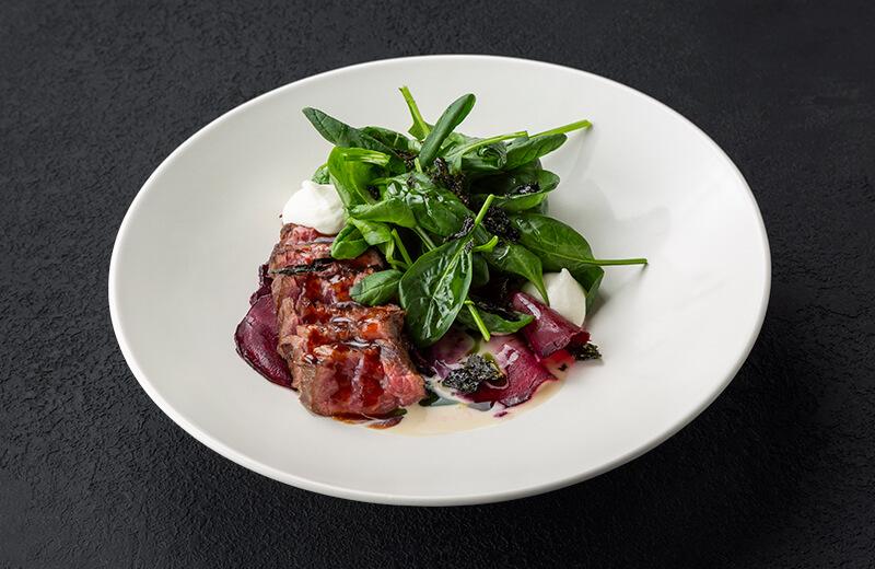 Заказать салат с мраморной говядиной на углях, печёной свёклой и рикоттой