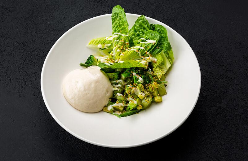 Заказать на дом зелёный салат с авокадо и яйцом пашот